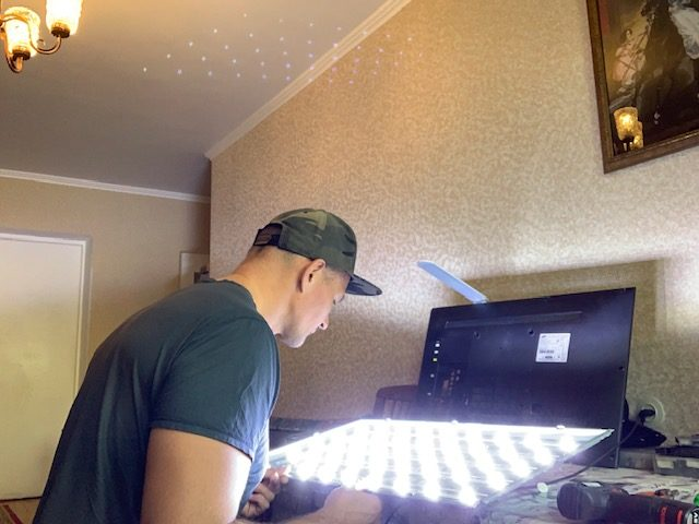 Мастер ремонтирует телевизор на дому